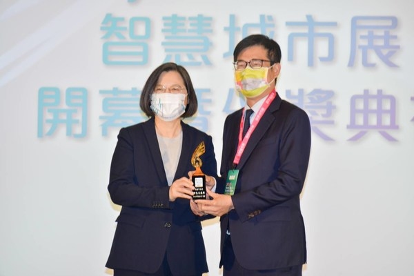 Kaohsiung City Mayor Chen Chi-Mai was awarded the Smart City Innovation Application Award by President Tsai
