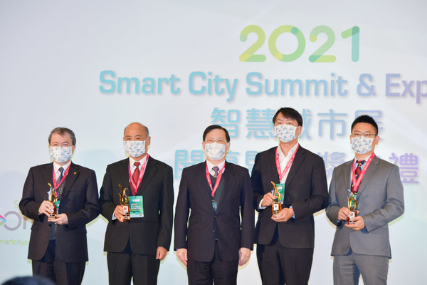The Vice Minister Chuan-Neng Lin, Ministry of Economic Affairs (middle) awarded the System Integration Outbound Award to Glory Technology Service, FETC International, Asus Cloud, AAEON Technology (from left to right)
