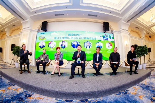 嘉宾从左到右分别是杨东平、杨松林、蒋莉、汤勇、赵宏智、周健、李志磊