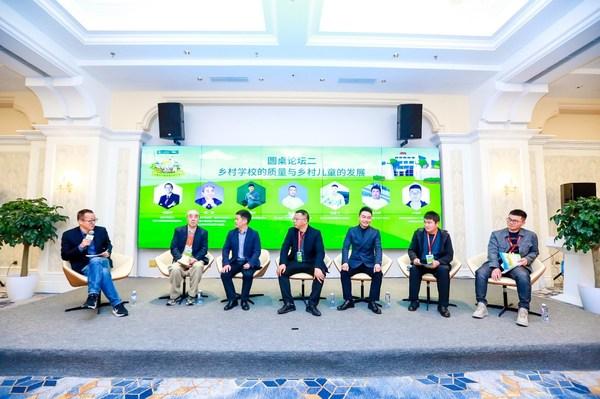 嘉宾从左到右分别为俞敏洪、康健、刘勇武、张平原、马鑫飞、刘义兵、卢中良