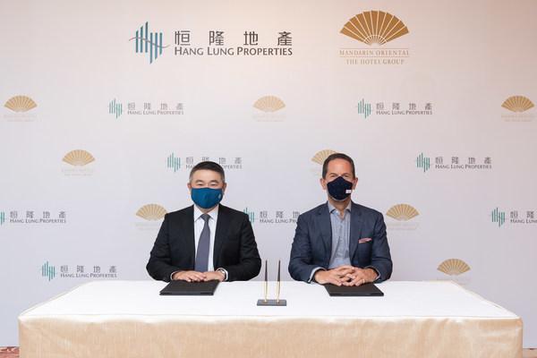 恒隆地产行政总裁卢韦柏先生(左)及文华东方酒店集团行政总裁詹伟理先生(右)代表两家公司签署合约,共同于恒隆的高端综合商业项目杭州恒隆广场开设杭州文华东方酒店。